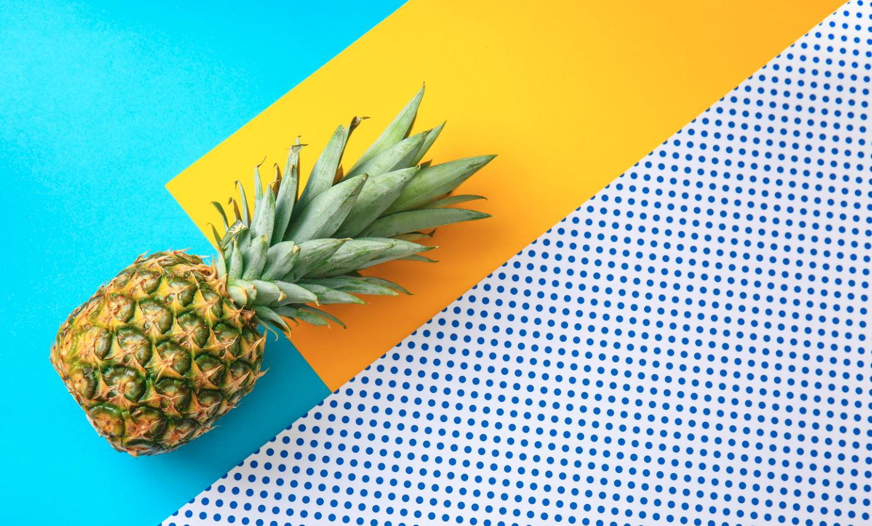 Ananas auf buntem Hintergrund