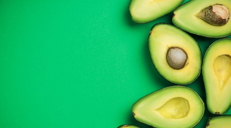 Avocado auf grünem Hintergrund