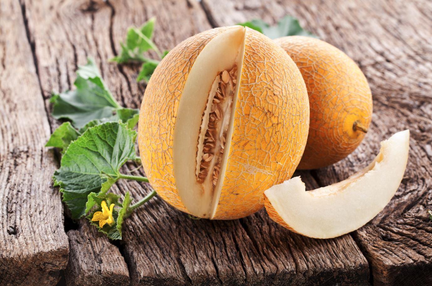Honigmelone auf Holztisch