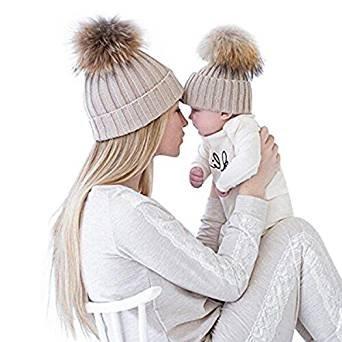 Mama und Baby mit Mützen-Partnerlook