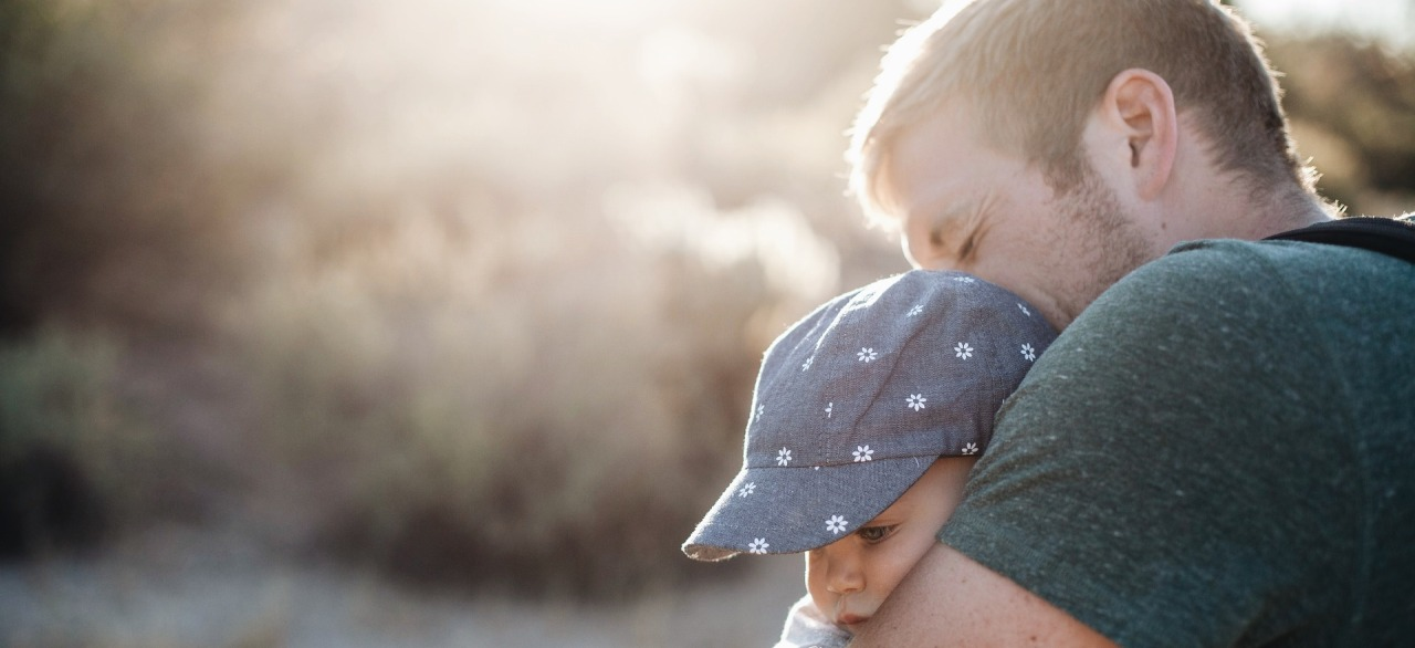 Vater kuschelt mit Sohn