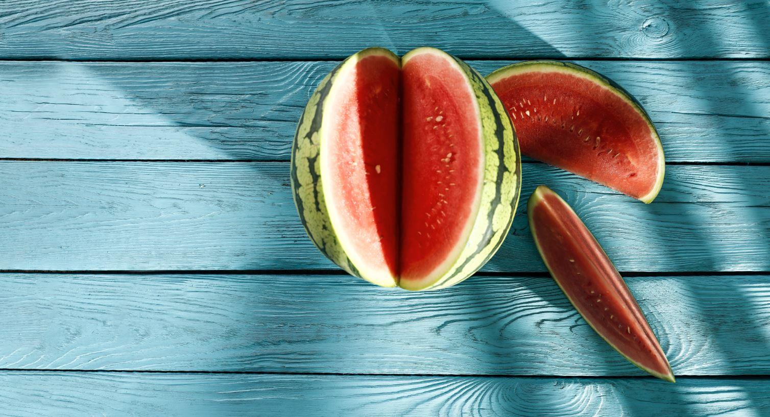 Wassermelone auf hellblauem Holzboden