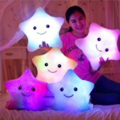 Frau mit bunten LED Sternkissen