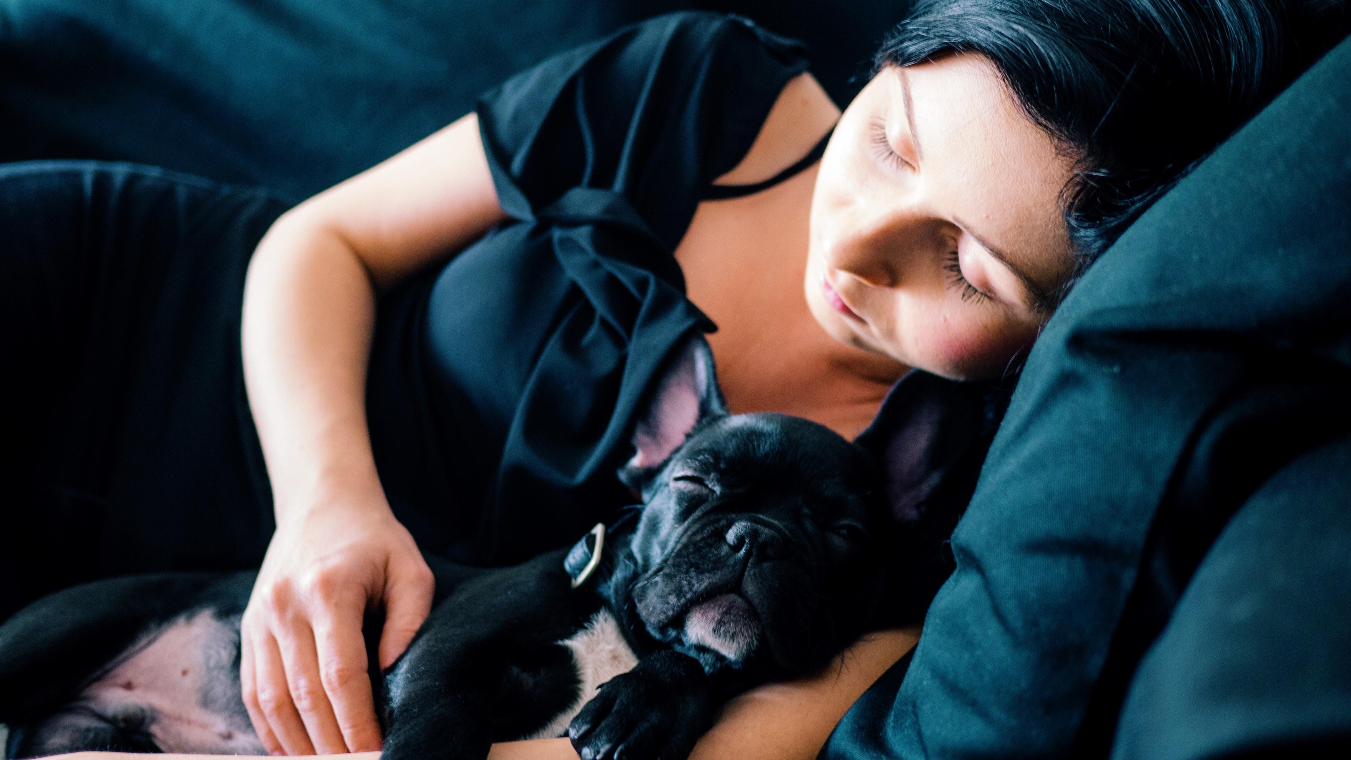 Schlafende Frau mit kleinem Hund