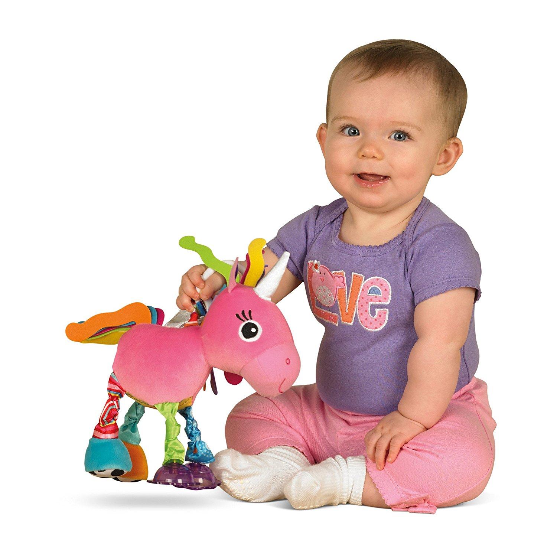Baby mit Einhornspielzeug