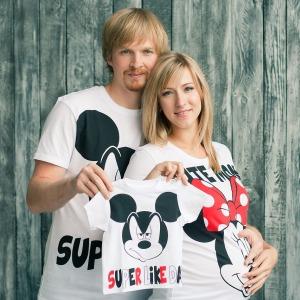 Pärchen bereitet sich auf Geburt vor und trägt Partnerlook Micky Mouse Shirts