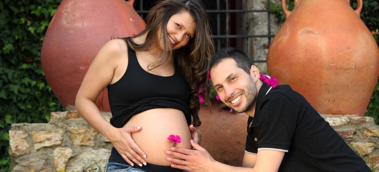 Pärchen im Urlaub, erwartet ein Baby, 31./32. Schwangerschaftswoche