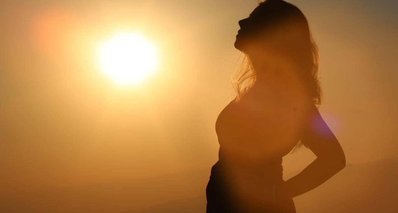 Schwangere im Sonnenuntergang