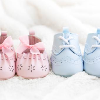 Rosa und blau Babyschuhe