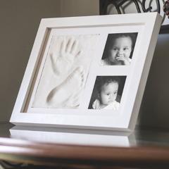 Bilderrahmen mit Fotos und Gipsabdruck