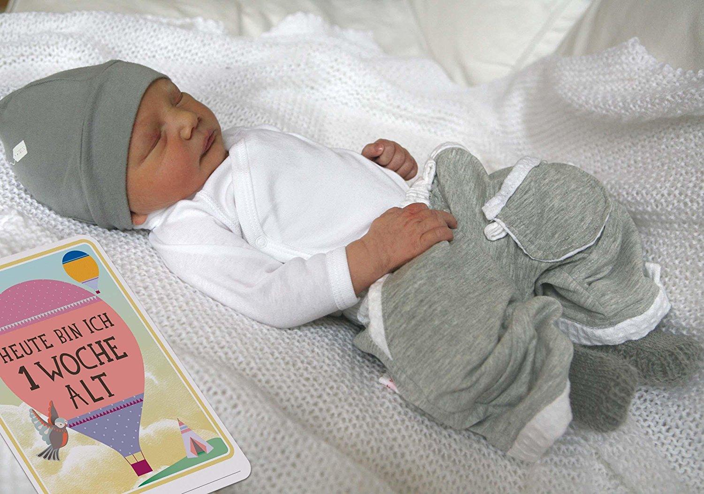 Schlafendes Baby mit Meilensteinkarte