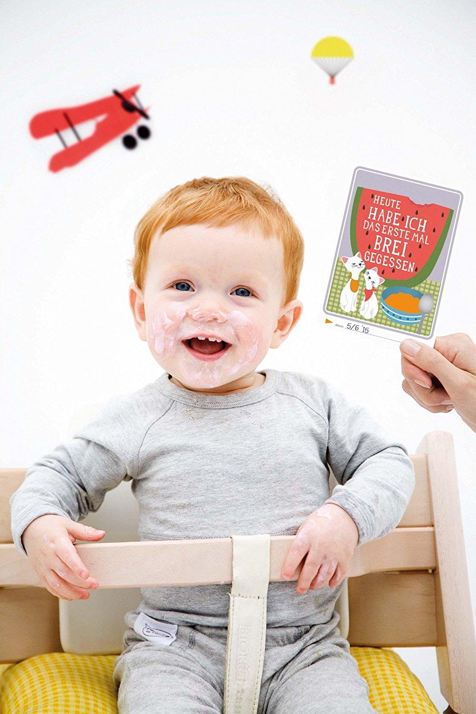 Lachendes Baby im Hochstuhl