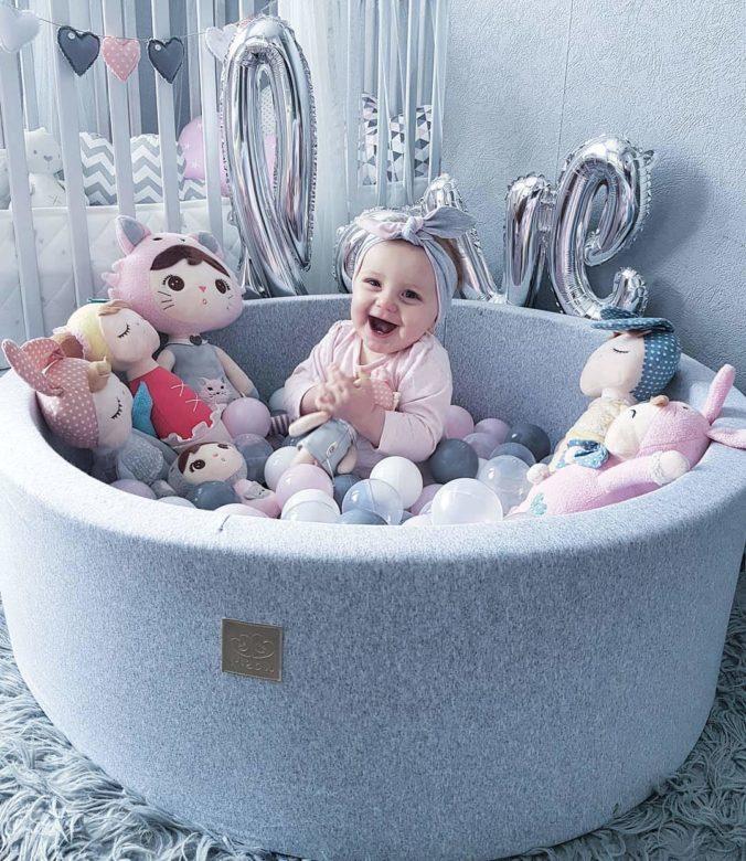 Baby in Bällebad