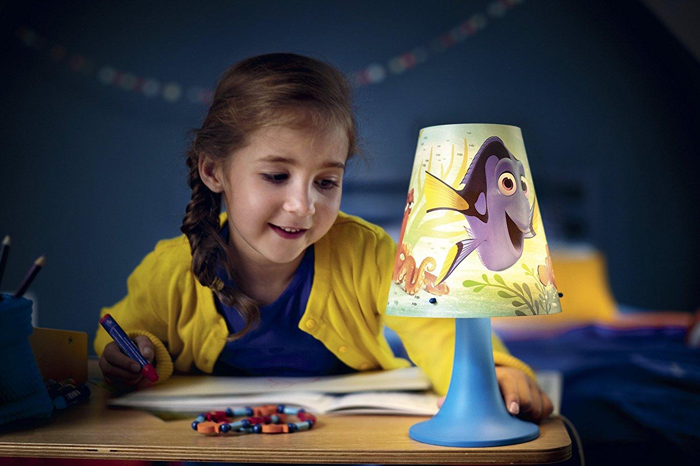 Kind spielt bei Nachttischlampe