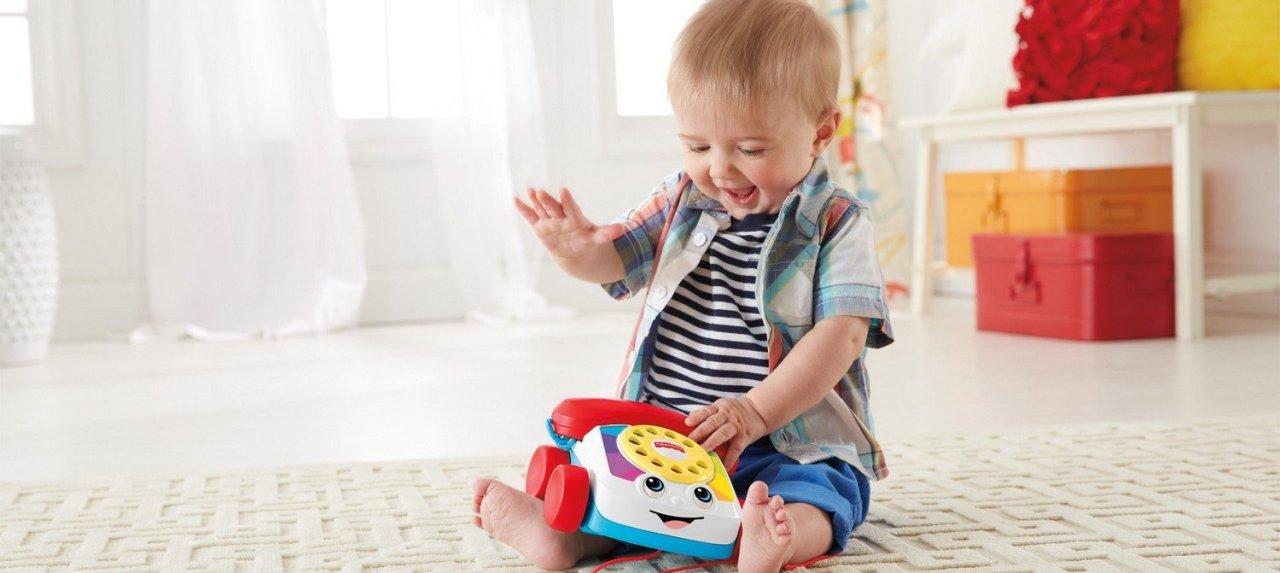 Kind spielt mit Telefon