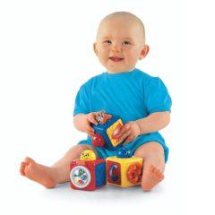 Baby spielt mit Würfeln