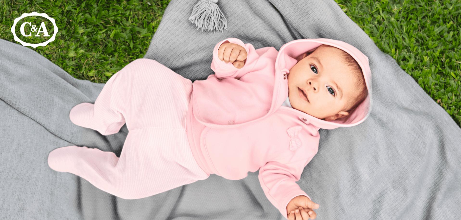 Baby im rosa Strampler