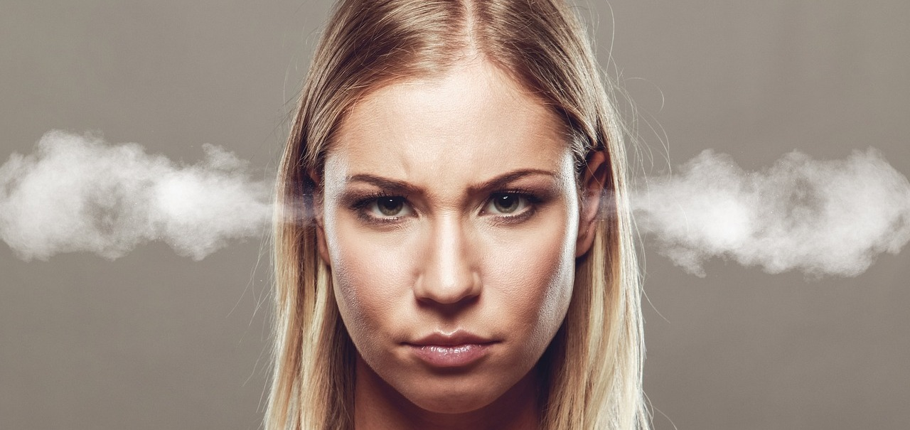 Frau raucht der Kopf