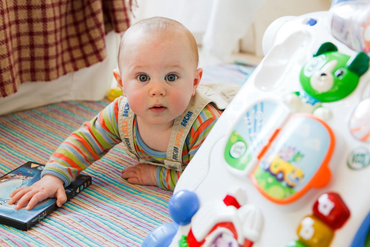 Baby mit Lauflernwagen