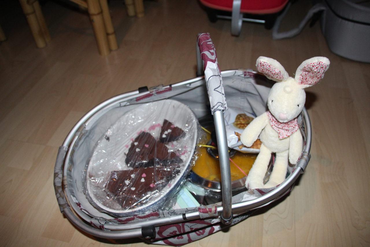 Körbchen mit Kürbissuppe und Kuchen