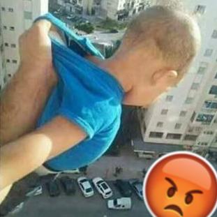 Mann hält Kind aus Hochhaus