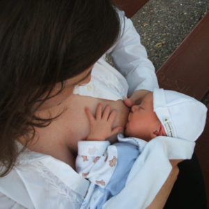 Stillpositionen: Was Football mit Babyernährung zu tun hat