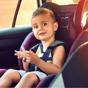Kind im Autositz