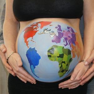 Weltkugel auf Babybauch