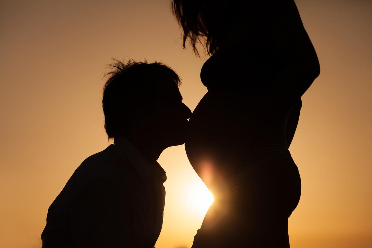 Mann küsst Babybauch