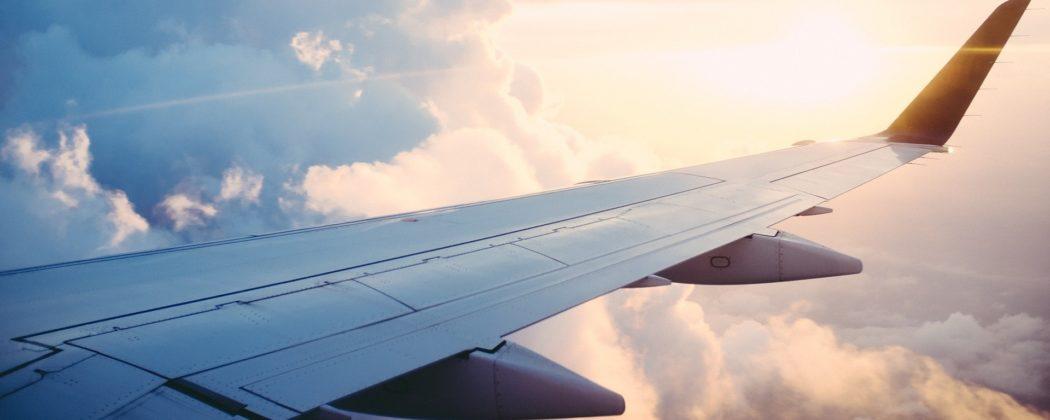 Banner: Geburt über den Wolken – Schwangere bekommt Baby im Flugzeug