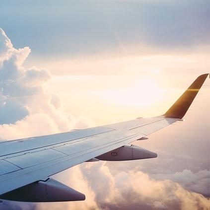 Flugzeugflügel im Sonnenschein