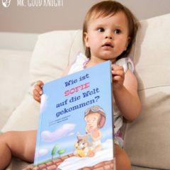 Kind mit personalisiertem Buch
