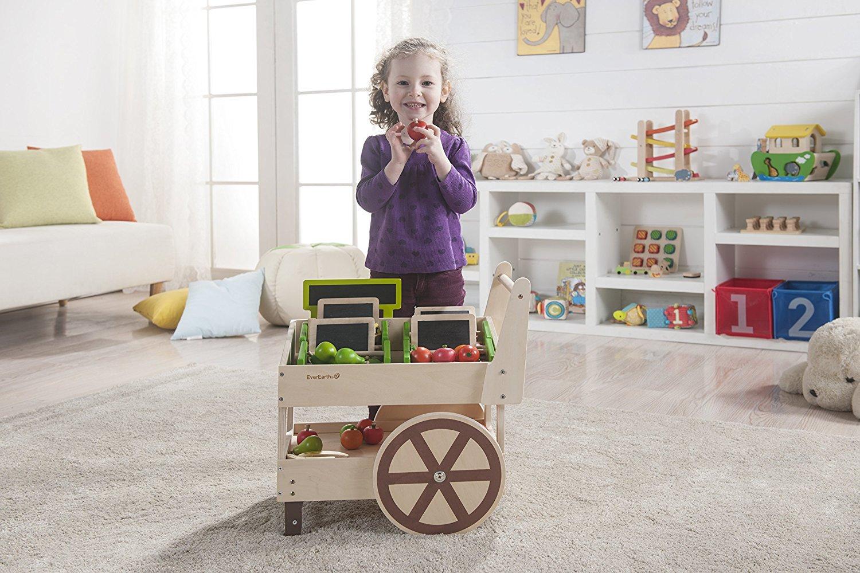 Kind spielt mit dem Gemüsewagen