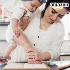 Mama macht Fußabdruck von Baby
