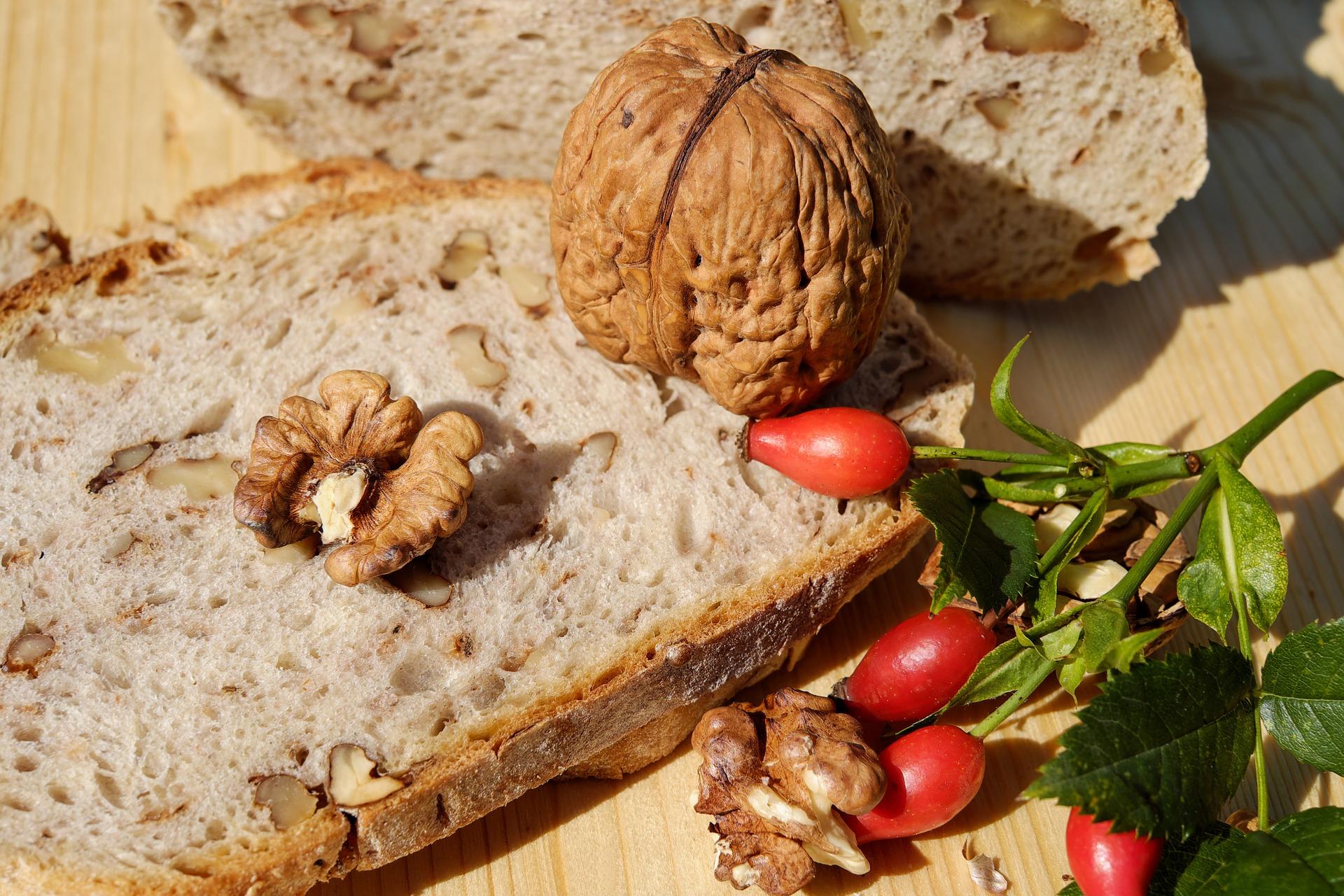 Brot mit Walnüssen und Radieschen