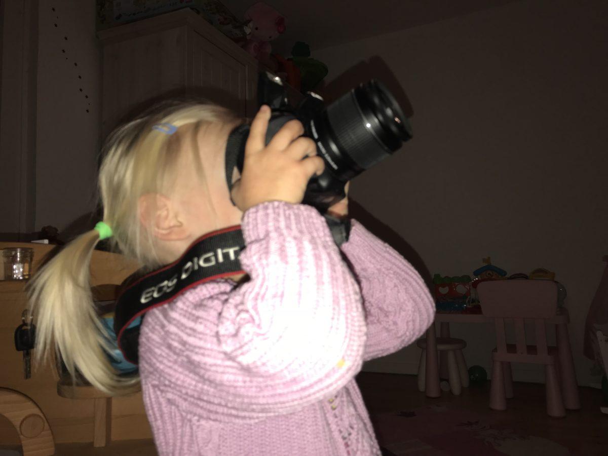 Kleines Mädchen macht Fotos