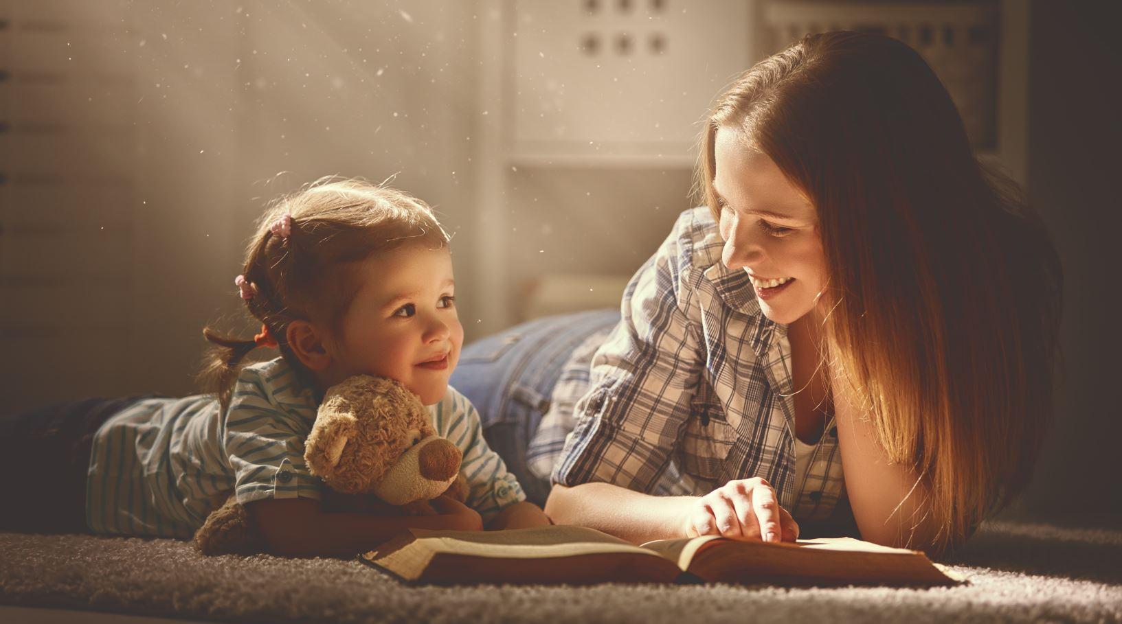 Mama liest mit Kleindkind ein Buch