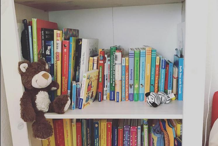 Bücherregal mit Teddy