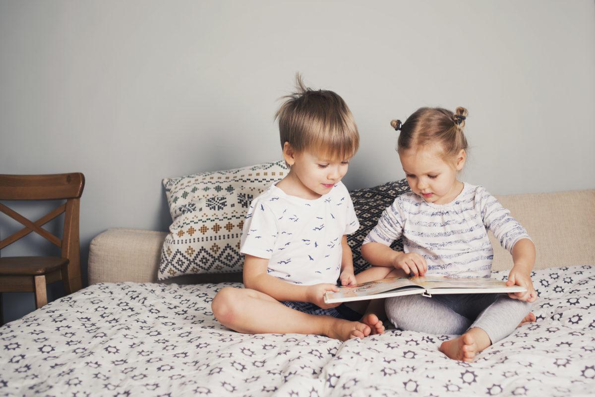 Bruder liest mit Schwester