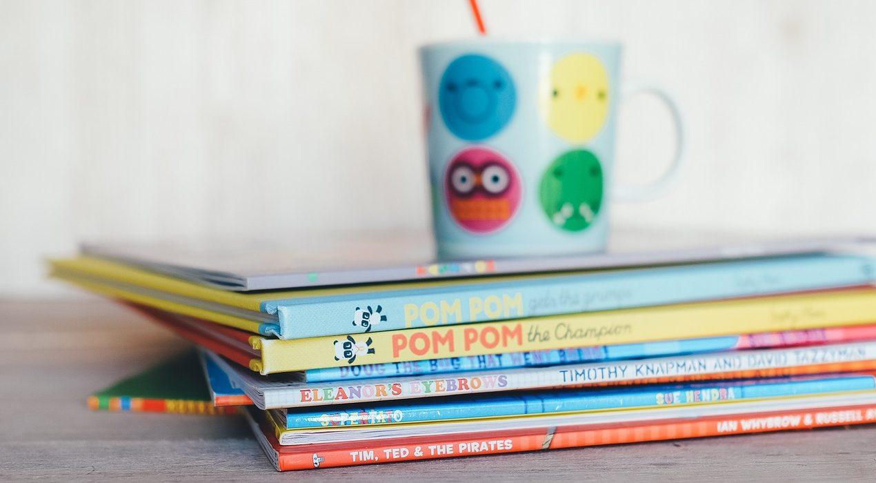 Bücherstapel mit bunten Kinderbüchern