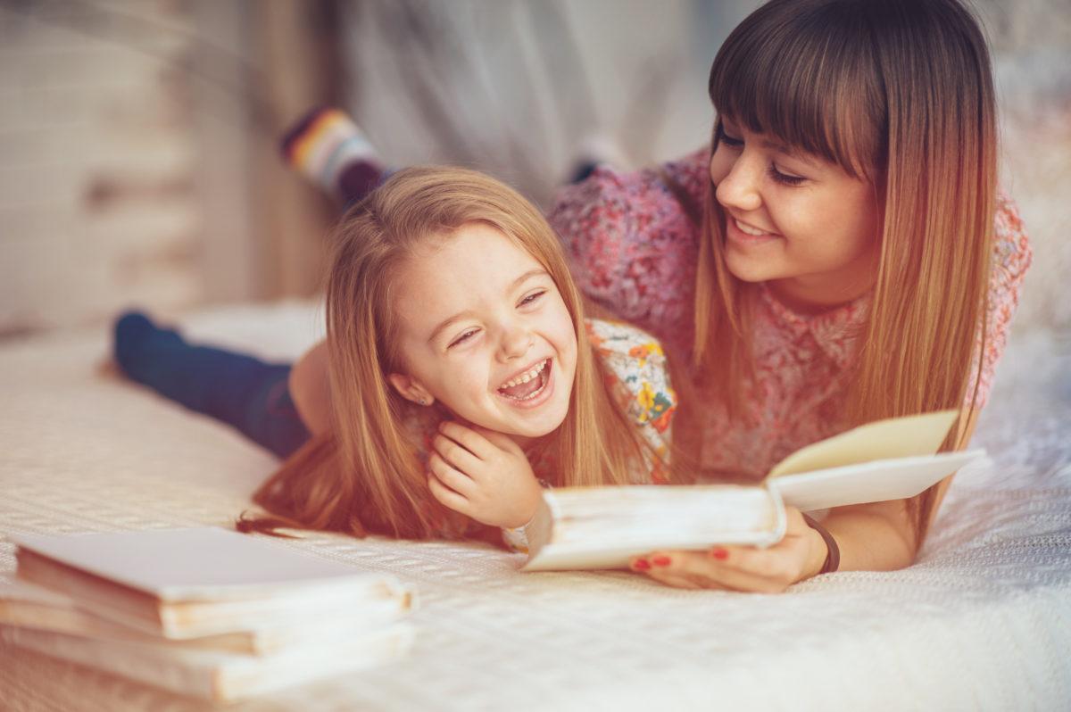 Kleines Mädchen hat Spaß am Lesen