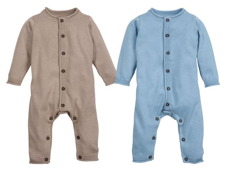 jungen strickoveral in braun und blau