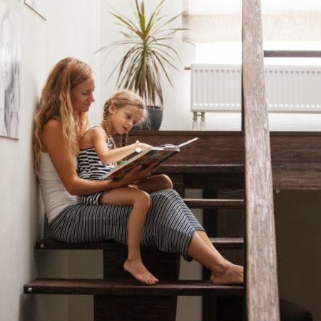 Mutter liest mit ihrer kleinen Tochter