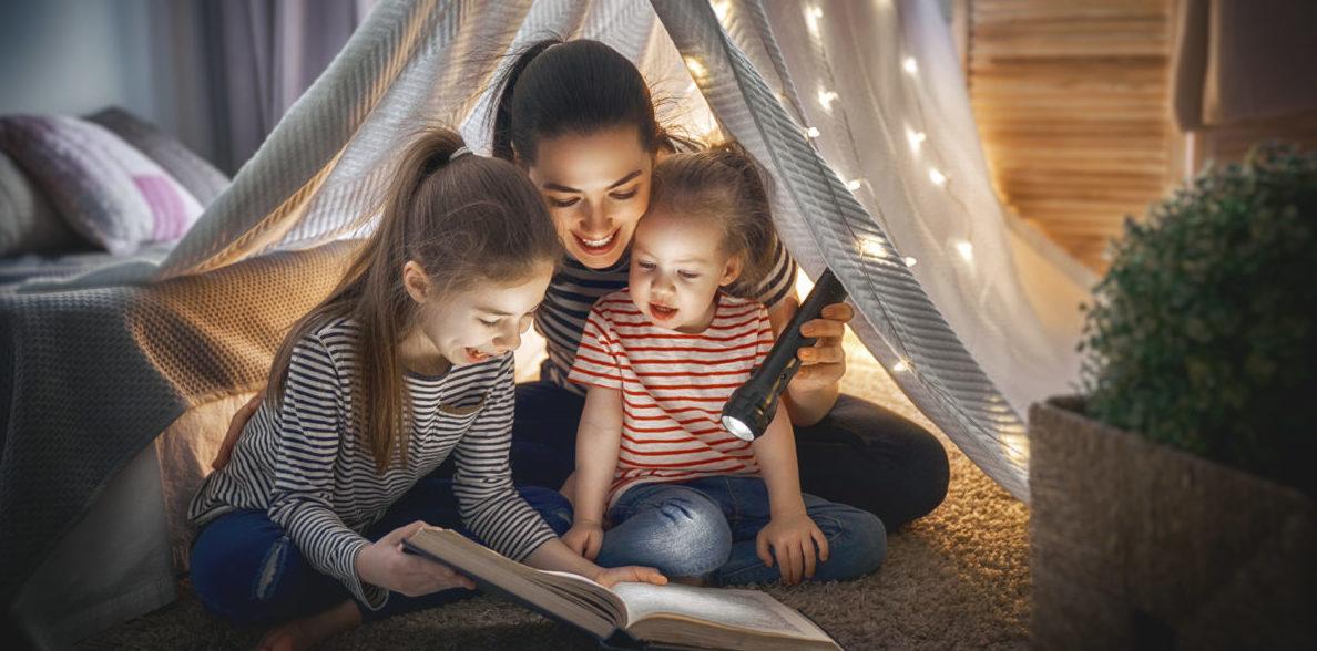 Mutter liest Buch mit ihren Kindern