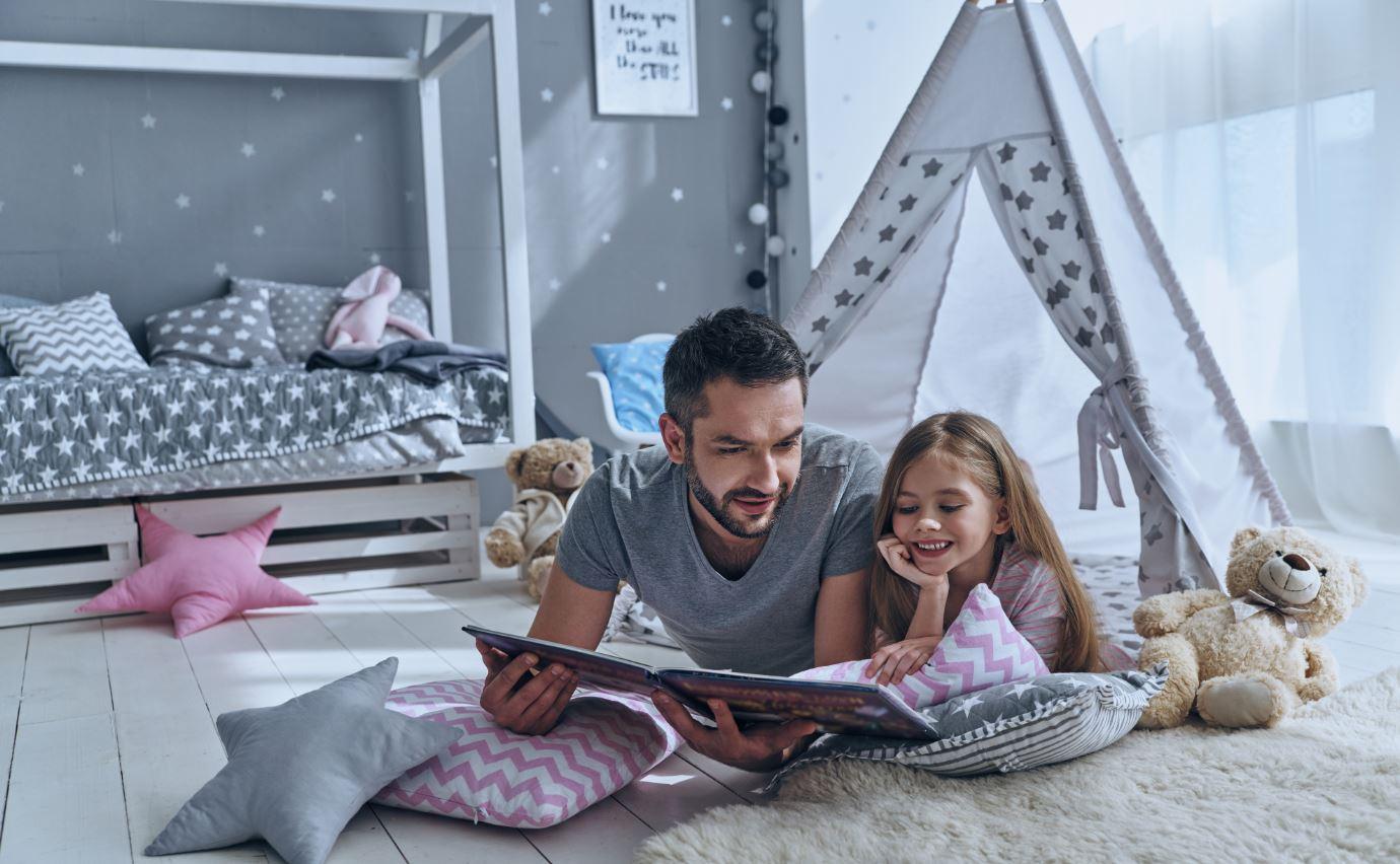 Papa liest Buch mit Kind