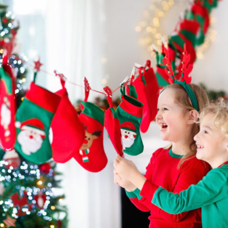 Kinder vor selbstbefülltem Adventskalender