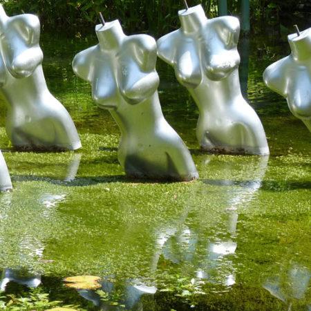 Figuren im Teich