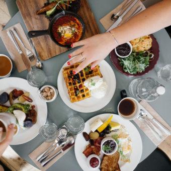 Frau hat Heißhunger auf verschiedene Lebensmittel