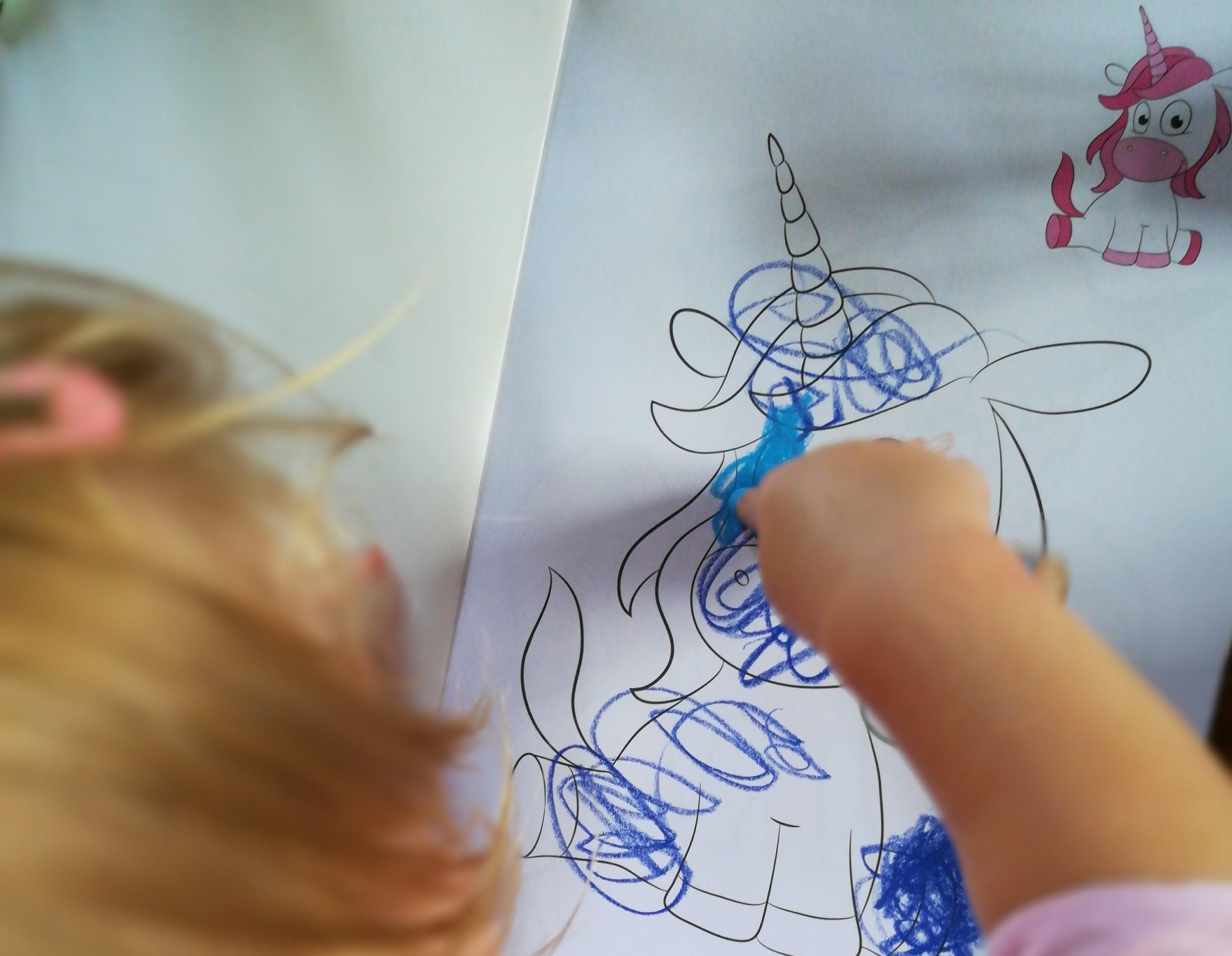 Greta malt im Malbuch