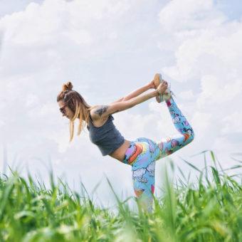Frau auf Wiese Yoga